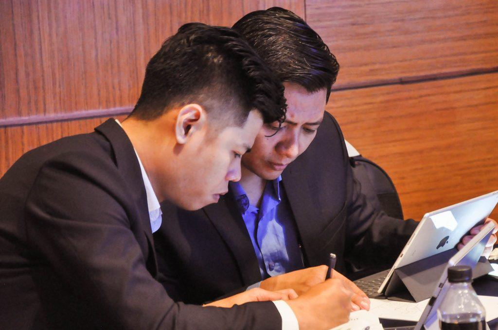CEO Bamboo Realty - Ông Hoàng Đức Dũng cùng chuyên viên kinh doanh tại buổi lễ mở bán One Verandah