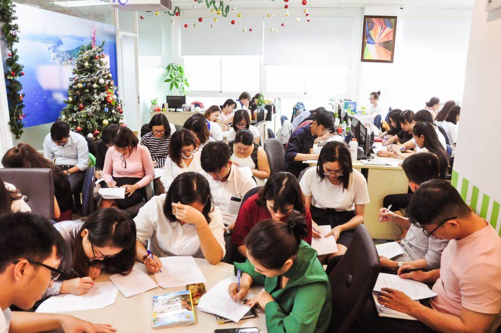 Các chuyên viên tư vấn Bamboo Realty đang ôn lại kiến thức về Sunshine City Sài Gòn