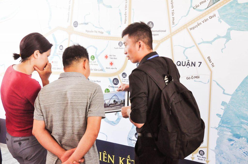 Chuyên viên kinh doanh Bamboo Realty đang tư vấn cho các nhà đầu tư